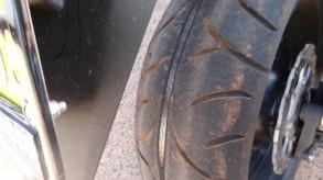 タイヤの中央部分のみがすり減った