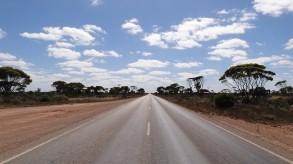 オーストラリア最長の直線道路は146キロもある